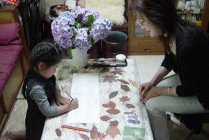 子供のピアノ、色音符を塗っている所。